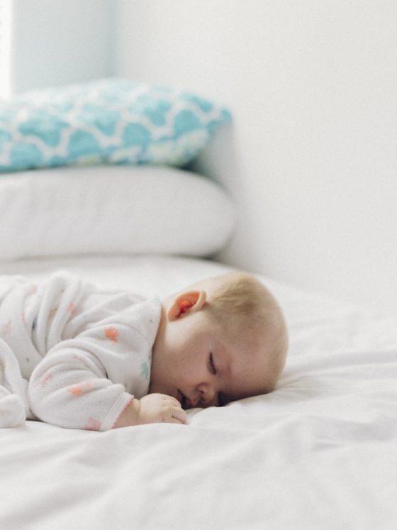 Bébé escalade son lit à barreaux 4 Solutions Simples