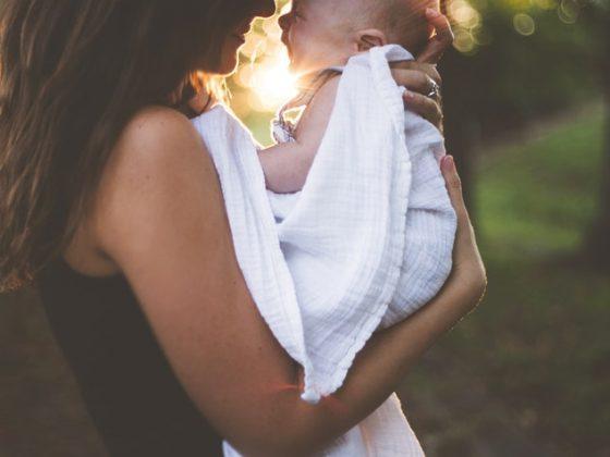 Quand arrêter de faire le rot de bébé? (signes que votre bébé est prêt)